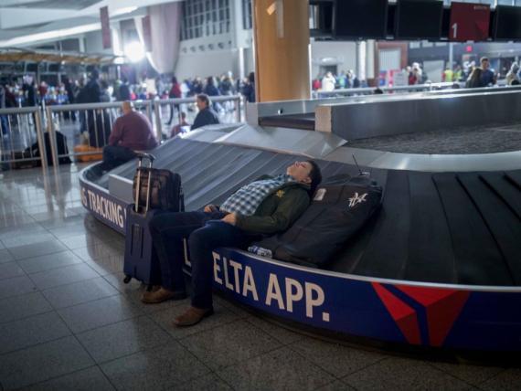 Pasajero atrapado en el aeropuerto internacional Hartsfield-Jackson de Atlanta después de que un fallo eléctrico cortara la energía a todo el aeropuerto durante 12 horas