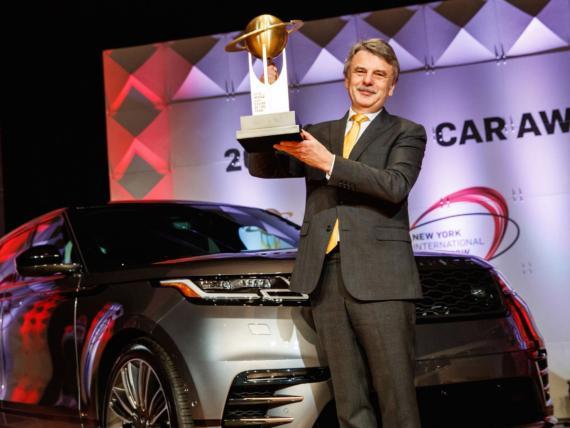 Ralf Speth CEO de Jaguar Land Rover durante el Salón de Nueva York con el Range Rover Velar.