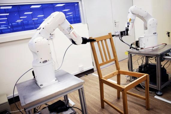 Los robots ensamblan una silla Ikea en Nanyang Technological University (NTU) en Singapur 17 de abril de 2018.