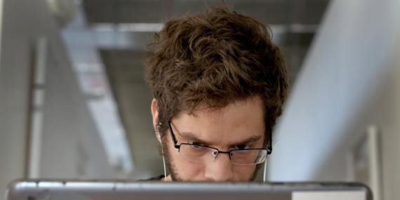 chico mirando ordenador