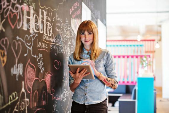 Una empresaria con una tablet en su oficina.