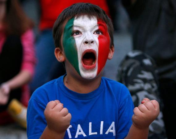 Un niño con una camiseta de Italia
