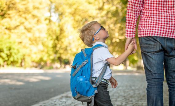 Un niño junto a su padre