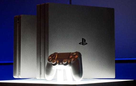 La PlayStation 4 (izquierda) y la PlayStation 4 Pro (derecha).