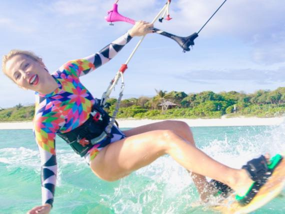 Encontrarás a las SuperShes haciendo kiteboarding, yoga y corriendo.