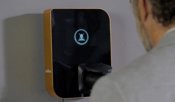 El último dispositivo de Wallbox incorpora reconocimiento facial y controles gestuales.