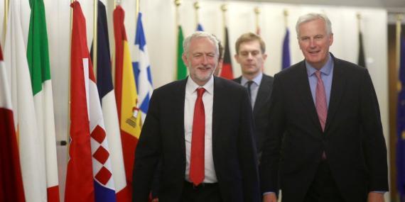 El líder del Partido Laborista, Jeremy Corbyn, llega a una reunión con el jefe negociador de la Unión Europea para el Brexit, Michel Barnier, en la sede de la Comisión Europea en Bruselas, Bélgica, el 13 de julio de 2017.