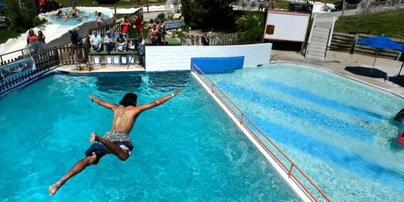 hombre lanzándose piscina