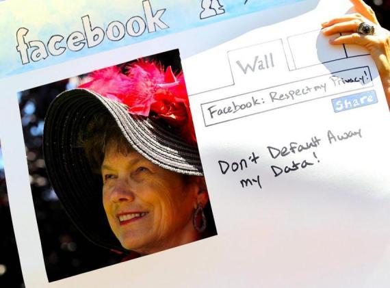 mujer protesta contra Facebook