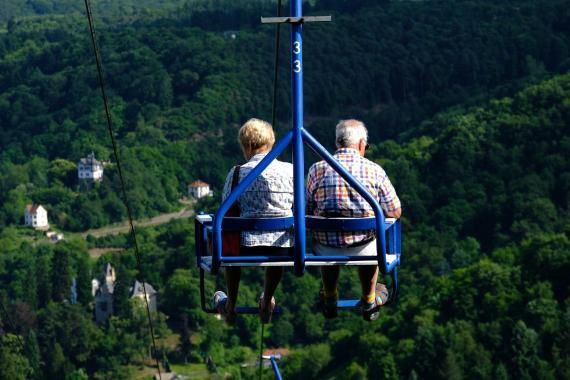 Una pareja de jubilados en un teleférico.