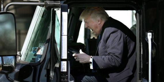 El presidente de EEUU, Donald Trump, sentado en un camión antes de un encuentro con camioneros en la Casa Blanca en Washington, EEUU, el 23 de marzo de 2017.