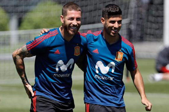 Sergio Ramos y Marco Asensio, durante un entrenamiento de la selección española.