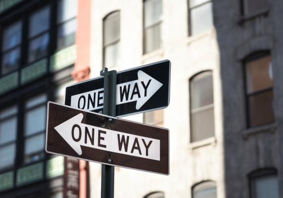 Señal de tráfico indicando varias direcciones.