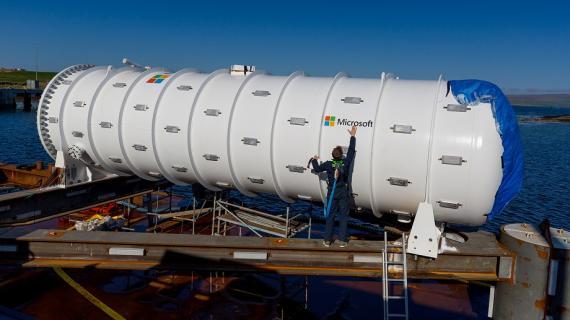 El técnico Spencer Fowers pega el logo de Microsoft en el centro de datos del proyecto Natick.