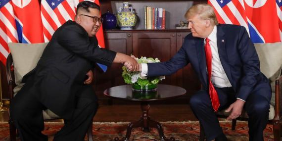 El presidente Donald Trump le da la mano al líder de Corea del Norte, Kim Jong Un, durante su primera reunión en el complejo Capella en la isla Sentosa, el 12 de junio de 2018, en Singapur.