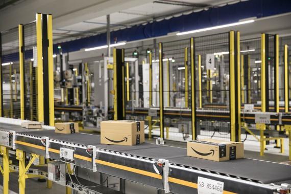 Paquetes de Amazon en una línea de su centro logístico de El Prat de Llobregat (Barcelona).