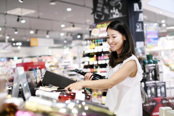 China en el supermercado comprando vino de España
