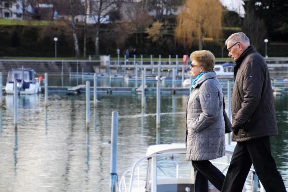 Dos jubilados paseando
