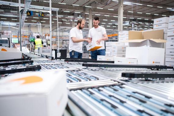Empleados de Zalando en su centro logístico en Lahr