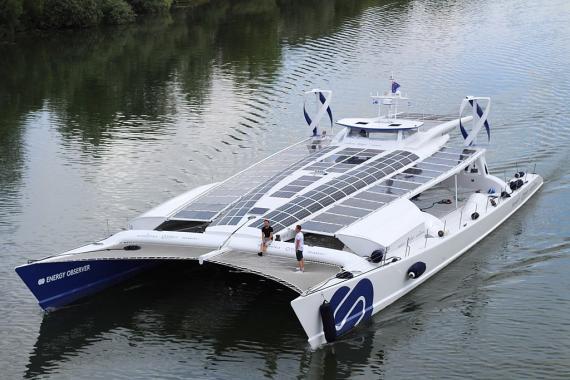 El Energy Observer sobre las agua del Sena.
