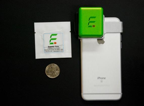 El dispositivo de Essenlix que analiza la sangre acoplado a un iPhone.