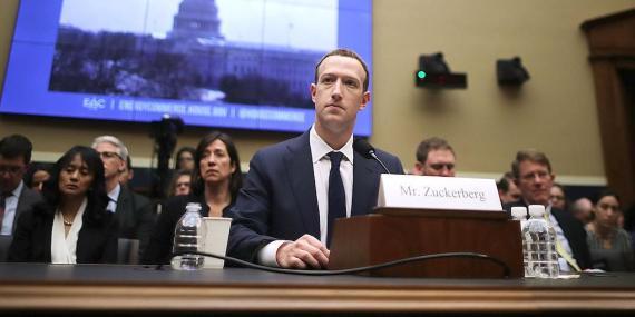 El cofundador, presidente y CEO de Facebook Mark Zuckerberg testifica ante el Comité de Energía y Comercio de la Cámara de Representantes.