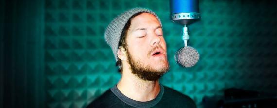 Dan Reynolds, cantante del popular grupo Imagine Dragons con un micrófono de Blue.