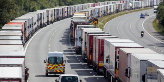 Vehículos extranjeros aparcados en una autopista británica