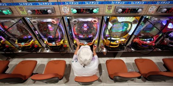 Un visitante juega en la sala de pachinko de Dynam en Fuefuki, al oeste de Tokio el 19 de junio de 2014.