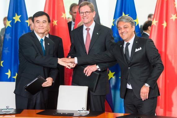 El presidente de SEAT, Luca de Meo; el presidente de Volkswagen Group China, Dr. Jochem Heizmann; y el presidente de JAC.