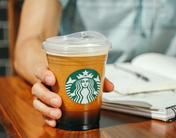 Starbucks eliminará las pajitas de plástico en 2020