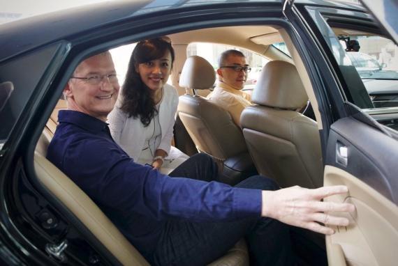 El CEO de Apple, Tim Cook, y Didi Chuxing, Jean Liu, en un coche en China.