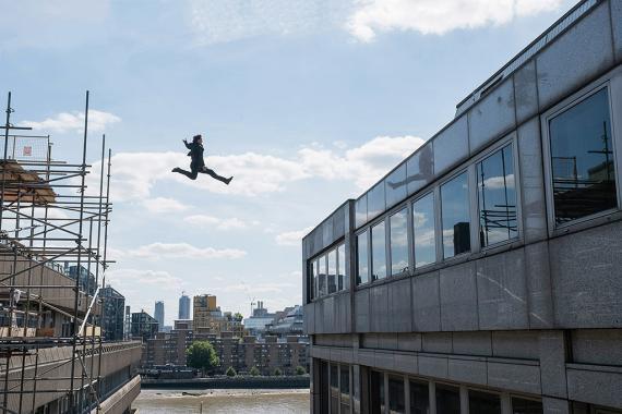 Tom Cruise haciendo un salto imposible en Misión: Imposible - Fallout