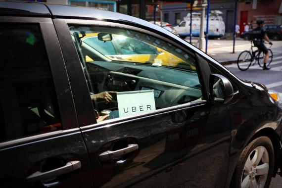 Un coche de Uber de servicio en las calles de Nueva York.