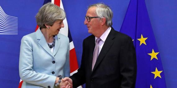 Las primera ministra británica, Theresa May, y el presidente de la Comisión Europea, Jean-Claude Juncker