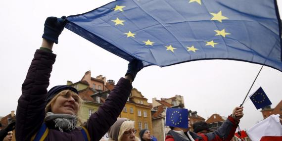Una mujer con una bandera de la UE en una manifestación por la democracia en el centro histórico de Varsovia, Polonia.