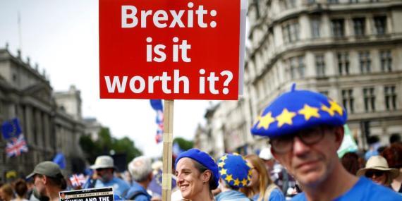 Una mujer porta una pancarta contra el Brexit