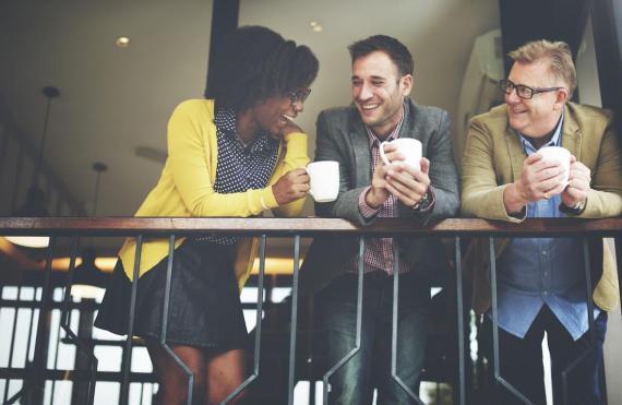 Hay que conocer la diferencia de trato entre compañeros de trabajo y amigos.