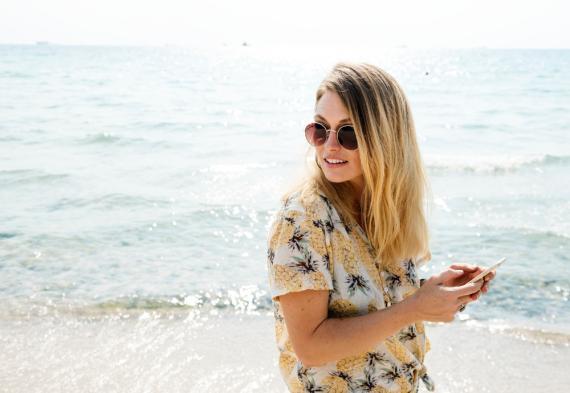 chica con móvil, smartphone