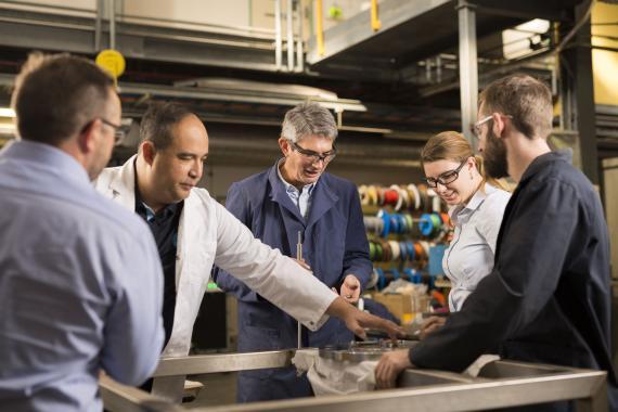 El equipo de CSIRO, trabajando en la tecnología de membrana que permite al hidrógeno ser transportado