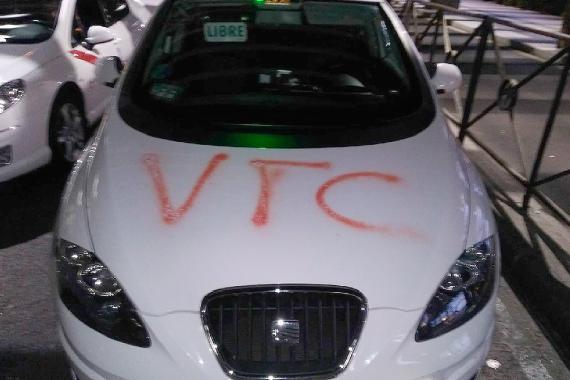 Este taxi amaneció el viernes con las letras VTC pintadas en el capó.