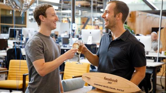 Javier Oliván brindando con Mark Zuckerberg.