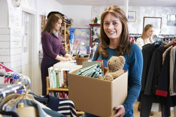 Una joven se prepara para vender sus cosas de segunda mano en Wallapop.