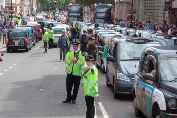 Policías de Londres en una manifestación de taxistas contra Uber.