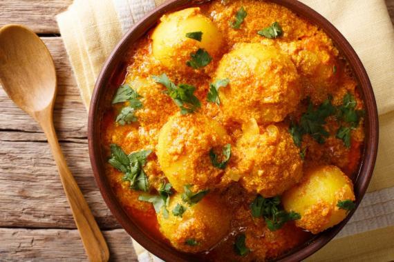 Muchos platos de curry y guisos de todo el mundo están hechos con cúrcuma, lo que les da un tono amarillento y un sabor picante a jengibre.