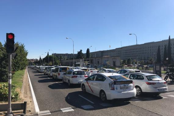 Taxis parados frente a Nuevos Ministerios.
