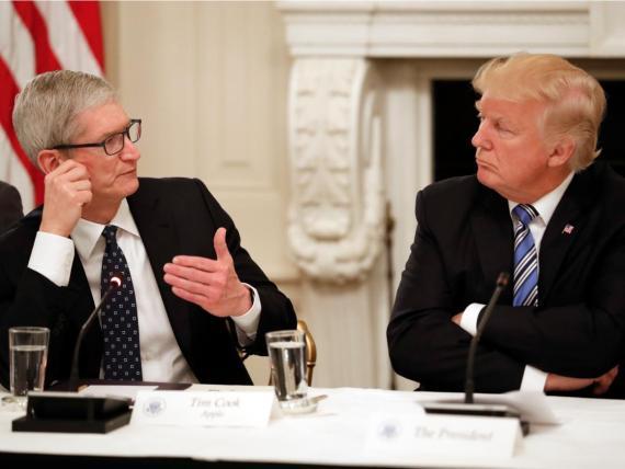El CEO de Apple, Tim Cook, y el presidente de los Estados Unidos, Donald Trump.