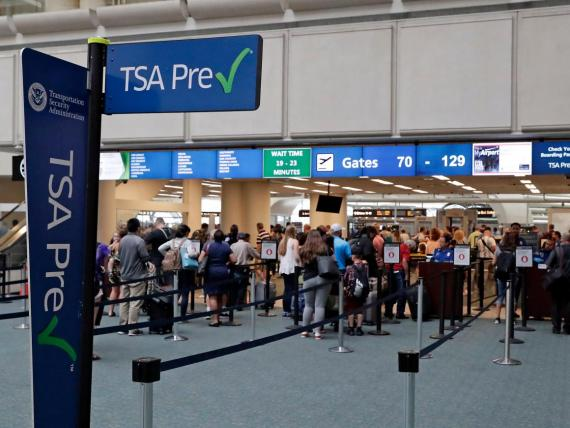 Aduana de la TSA en el aeropuerto internacional de Orlando, Estados Unidos.