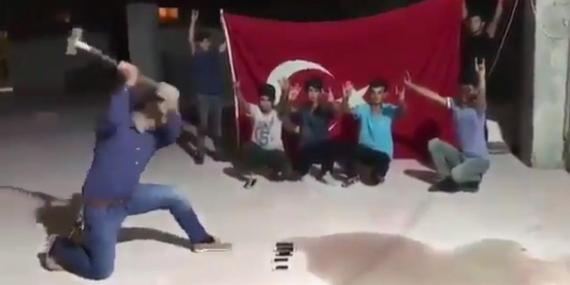 Este vídeo de un hombre turco machacando un iPhone se ha vuelto viral.