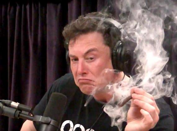 Elon Musk fumando marihuana en el programa de Joe Rogan